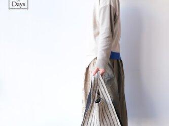 ちょっとそこまで、のお出かけに。シンプルで軽い!手織り麻のワンマイルバッグ size L「紺しま×黒(L1)」の画像