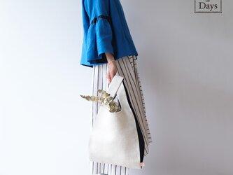 ちょっとそこまで、のお出かけに。シンプルで軽い!手織り麻のワンマイルバッグ size L「白×紺(L1)」の画像