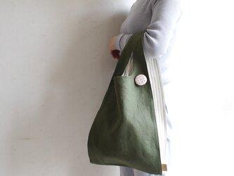 ちょっとそこまで、のお出かけに。シンプルで軽い!手織り麻のワンマイルバッグ size L「深緑×生成しま(L2)」の画像