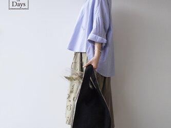 ちょっとそこまで、のお出かけに。シンプルで軽い!手織り麻のワンマイルバッグ size L「黒×紺しま(L2)」の画像