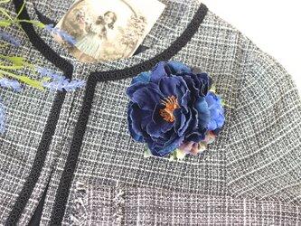 ナチュラルなインディゴデニムのピオニーコサージュ(ヘアクリップ可) ナチュラル お洒落女子 紫陽花 青 ブルーの画像