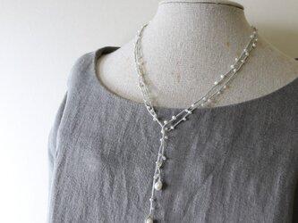 糸編みラリエット 淡水パール・グレー の画像