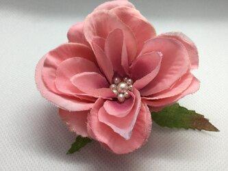 ピンク色のコサージュの画像