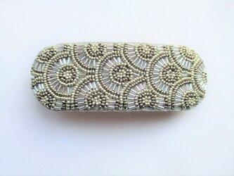 特小&竹ビーズの丸模様刺繍バレッタ(シルバー)の画像