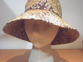 更紗柄のツバ大きな帽子の画像