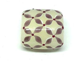 とんぼ玉*小花つなぎの帯留*クリーム色×赤紫の画像