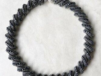 ビーズステッチのネックレス ブラックグレー マグネット着脱の画像