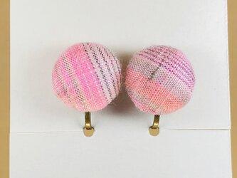 イヤリング|手織り絹のくるみボタン【ピンク】の画像