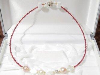 本真珠(淡水)と貝パーツ、高級宝飾品用のボール、ガーネットのネックレス(マグネット、ナチュラルカラー、白蝶)の画像