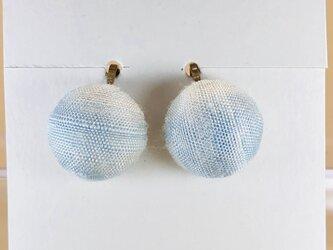 イヤリング|手織り絹のくるみボタン【スカイブルー】の画像