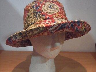 更紗柄のツバ大きな帽子(赤)の画像