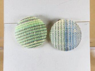 イヤリング|手織り絹のくるみボタン【ライトグリーン】の画像