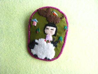 ブレーメンの音楽隊の女の子ver.2<布ブローチ(刺繍ブローチ)>の画像