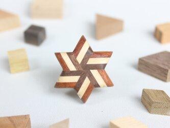 寄木のストライプ星型ピンブローチの画像