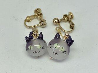 ネコのイヤリング*白×紫の耳×黄色の目の画像