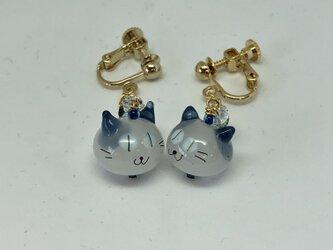 ネコのイヤリング*白×紺色の耳×青い目の画像