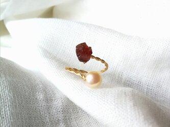 心の奥に見つけた情熱のかけら ガーネット&パールの指輪 サイズフリー (9~14)の画像