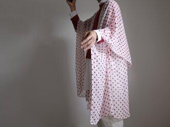 春の新作・ロング ケープ コート Re_1say / ポリエステル シフォン【 白に赤の水玉 】の画像