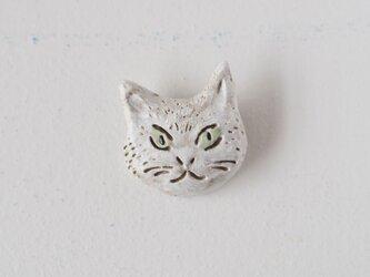 白ネコのブローチの画像