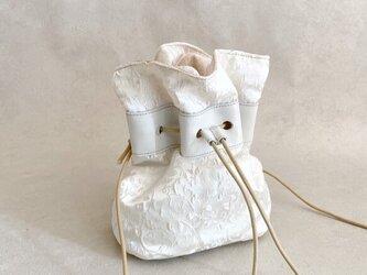 エレガントホワイト 巾着バッグ ファブリック ボタニカル アイボリー & 牛革 ホワイトの画像