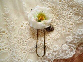 白いバラのブローチの画像