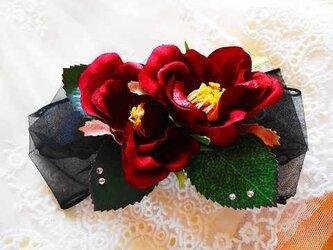 赤いお花と黒いリボンの画像