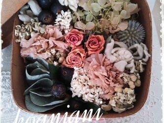 Wood boxに摘んだ花の画像
