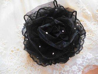 黒いお花のコサージュの画像