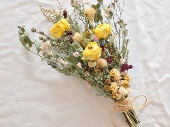 イエローのバラとユーカリのブーケ・スワッグ 母の日にも☆ ※ラッピングは別途ご購入お願いしますの画像