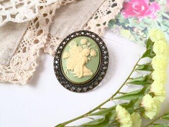 カメオのブローチネックレス 花の前に座る妖精(グリーン)の画像