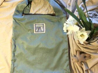 オーバーラップエコバッグMサイズ アーモンドグリーン&キャメル(撥水加工のナイロンツイル)の画像