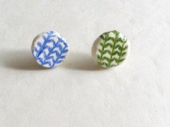 石塑粘土でつくった陶器風ピアス(ラウンド/北欧/リーフ/グリーン&ブルー)の画像