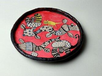 大きな花と黄色い猫の皿/ 瀬戸黒/ 色絵付け/ 花の器 / 猫の器/ 赤い皿 /かわいい食器 / 陶芸家つくる愉しい器の画像