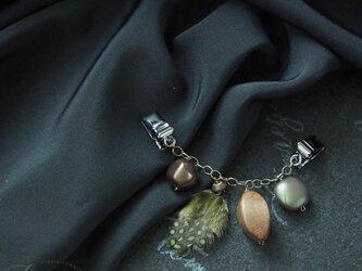 オリーブ色の羽根のスカーフクリップの画像