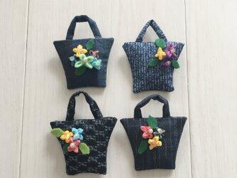 小さなバッグのブローチ4個の画像