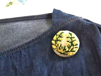 刺繍ブローチ ミモザのリースの画像