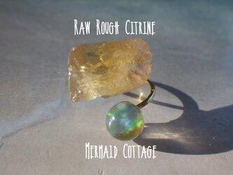 シトリン原石とオパール玉のリングの画像