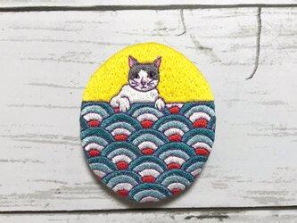 猫刺繍ブローチ*青海波と猫の画像