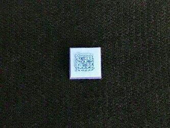 忘れな草色 ビーズ刺しゅうのスクエアブローチ(水色と紫)の画像