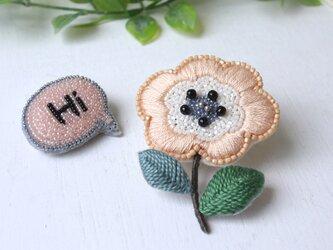 サーモンピンクのぶっくりしたお花、オートクチュール刺繍のブローチ『コリンヌ』の画像