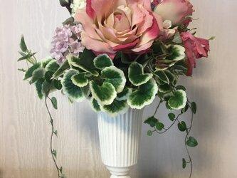 華やかな大輪のバラが詰まった豪華なアレンジメントの画像