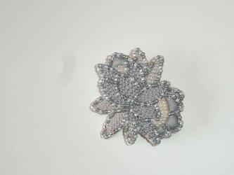 花*灰×銀 ビーズ刺繍ブローチの画像