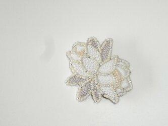 花*ecru ビーズ刺繍ブローチの画像