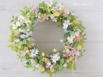 草原にゆれる小花のリース :母の日 ギフト ピンク 白 黄色 リボンの画像