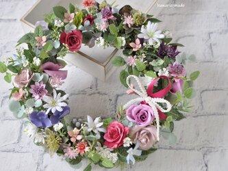 ばらとアメジスト色の花 母の日:リース バラ ピンク 紫 白 リボンの画像