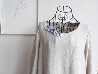 個性的な衿元に 麻のブローチ〈 NeckCircle 〉Blueの画像