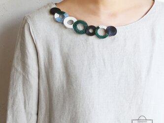 個性的な衿元に 麻のブローチ〈 NeckCircle 〉Greenの画像