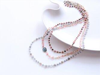 ピンク&グレーの3連ネックレス(1点もの)の画像