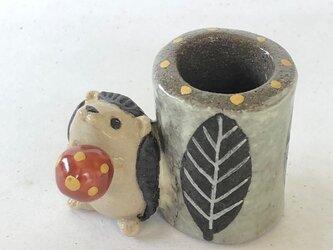 陶のスタンド「キノコを持ったはりねずみ」の画像