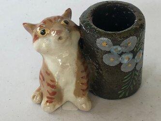 陶のスタンド「びっくり顔のトラ猫」の画像